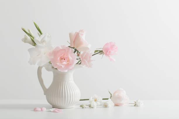 rosa und weißen blüten in vase auf weißem hintergrund - vase glas stock-fotos und bilder