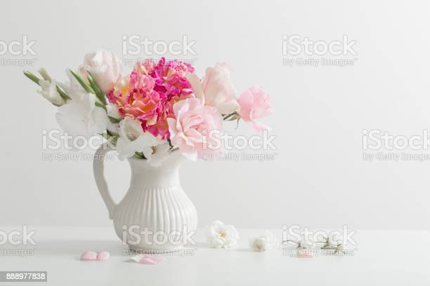 Pink and white flowers in vase on white background picture id888977838?b=1&k=6&m=888977838&s=612x612&h=8ugpzozqyjfwvqgynuvr1goovz amup0etr7ay7iitm=