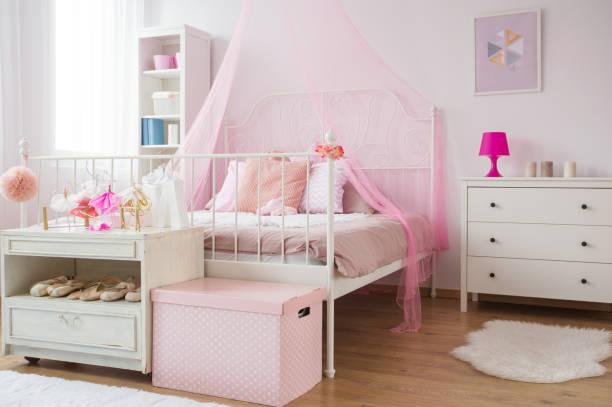 pink and white princess bedroom - prinzessinnenschuhe stock-fotos und bilder