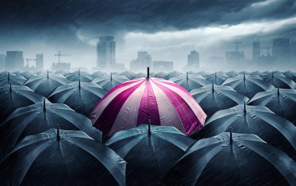 Rosa und weißen Schirm mit stürmischen Wolken. Konzept für den Erfolg. – Foto