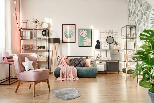 rosa sessel in gemütliche schlafzimmer - mädchenraum vorhänge stock-fotos und bilder