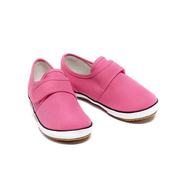 rosa baby-sneakers - babyschuhe nähen stock-fotos und bilder