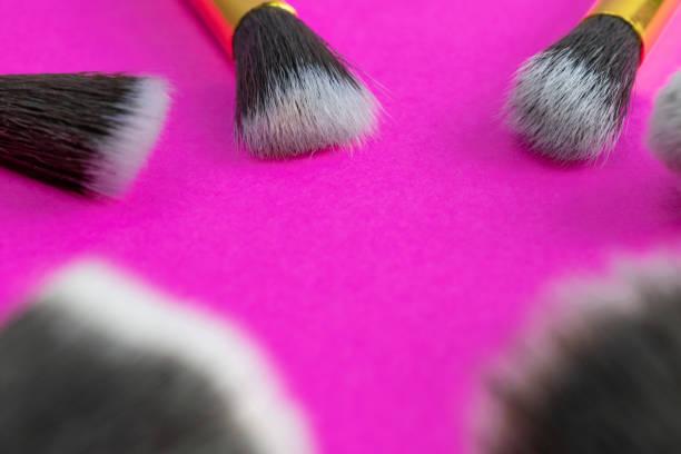 rosa hintergrund. make-up-pinsel isoliert auf rosa mit kopierraum - rosa glitzer nägel stock-fotos und bilder