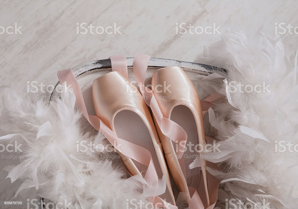 Pink ballet pointe shoes and feather on white wood background zbiór zdjęć royalty-free