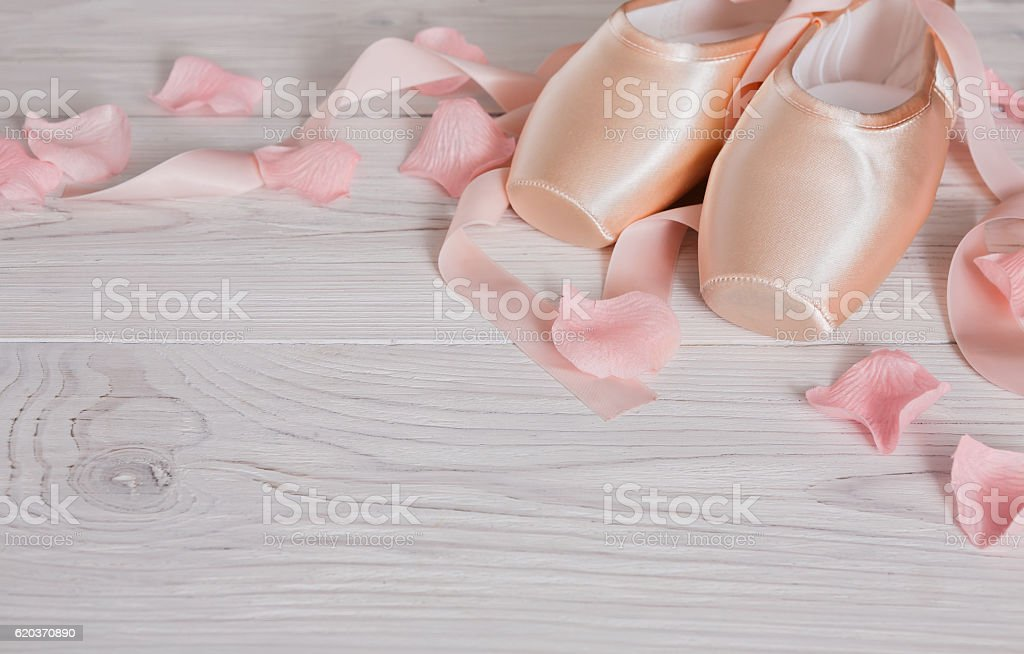 Pink ballet pointe shoes on white wood background foto de stock royalty-free