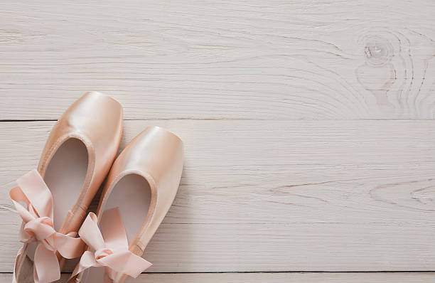 pink ballet pointe shoes on white wood background - shabby chic kleidung stock-fotos und bilder