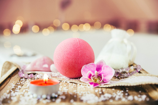 Pink Bath Ball With Orchid Flower Scented Candle And Bath Salt On Wooden Tray In Bath Room Therapy Concept Taking A Relaxing Bath - Fotografie stock e altre immagini di Accudire
