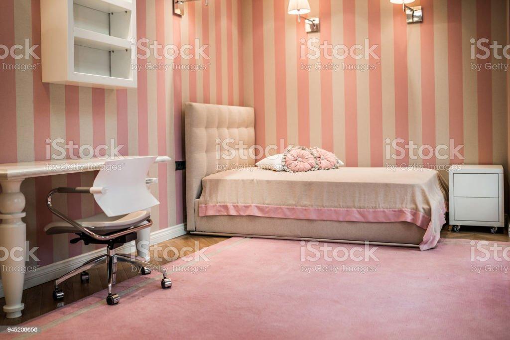 Roze slaapkamer interieur in moderne luxe appartement stockfoto en