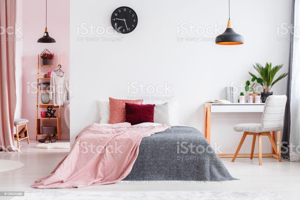 Interior de dormitorio rosado con silla - foto de stock
