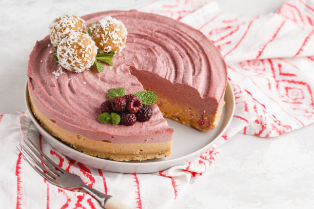 rosa beeren karamell roh vegan käsekuchen mit kokos süß rohe kugeln. gesunde vegane ernährung konzept. - paleo kuchen stock-fotos und bilder