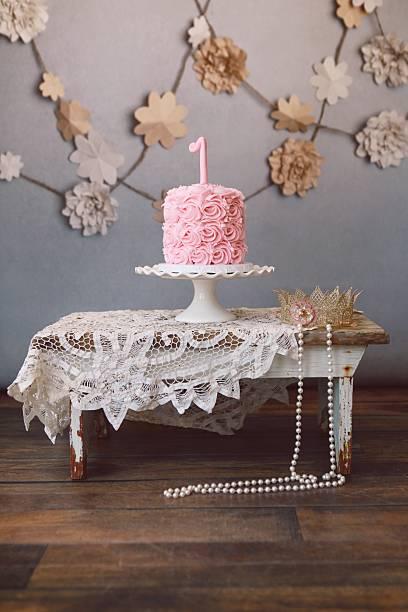rosa geburtstag kuchen und prinzessin krone - nummer 1 kuchen stock-fotos und bilder