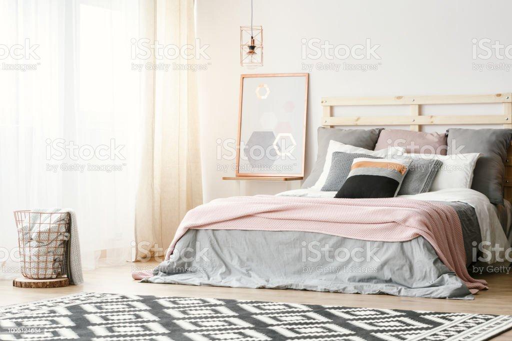 Couverture Rose Sur Lit De Gris Dans Lu0027intérieur De La Chambre à Coucher  Moderne