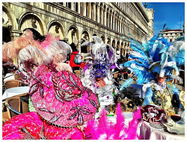 pink blau lila feder karneval masken in venedig 2013 - rosa camo party stock-fotos und bilder