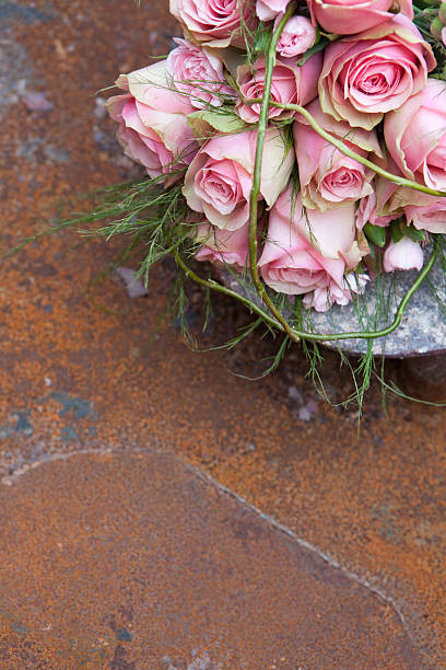 rosa blumenstrauß - zinn hochzeit stock-fotos und bilder