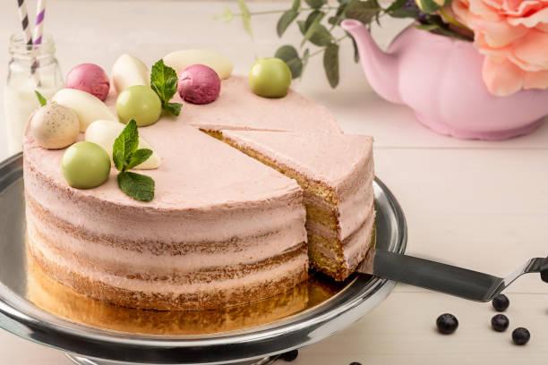 rosa kuchen mit minze und dekorative süße kugeln von oben auf einen teller, nahaufnahme - rosentorte stock-fotos und bilder