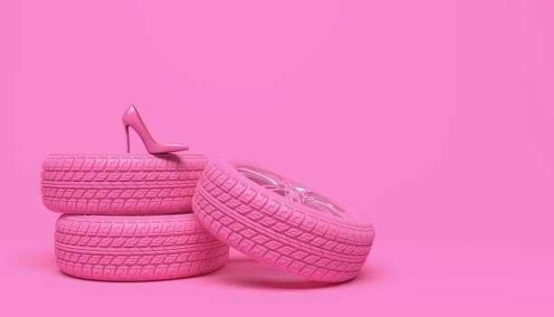 roue rose de voiture et chaussure rose de femmes sur un fond rose. illustration conceptuelle créatrice dans un modèle girlish glamour. copiez l'espace pour le texte ou le logo. rendu 3d. - fond couleur uni photos et images de collection