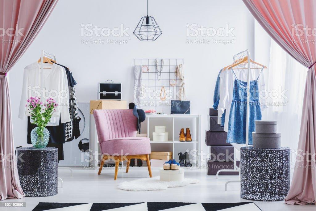 Silla rosa en vestidor - foto de stock