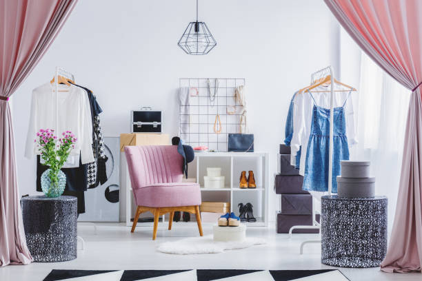 rosa stuhl in umkleidekabine - kleiderschrank ohne türen stock-fotos und bilder