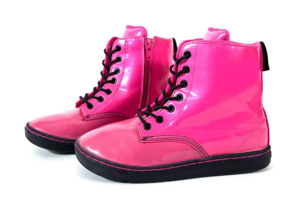 rosa kinder boot schuhe isoliert auf weißem hintergrund - liebesbeweis für ihn stock-fotos und bilder