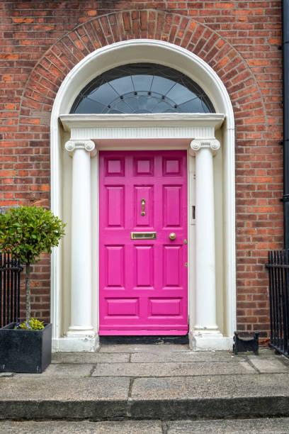 Rosa klassische Tür in Dublin, Beispiel der georgischen typischen Architektur von Dublin, Irland – Foto