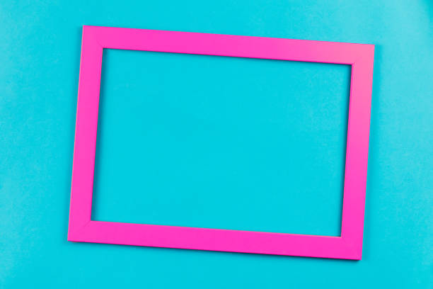 cadre de couleur rose sur fond bleu clair - imitant un animal photos et images de collection