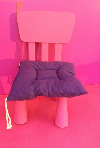 rosa farbe kunststoff kinderstuhl - lila, grün, schlafzimmer stock-fotos und bilder