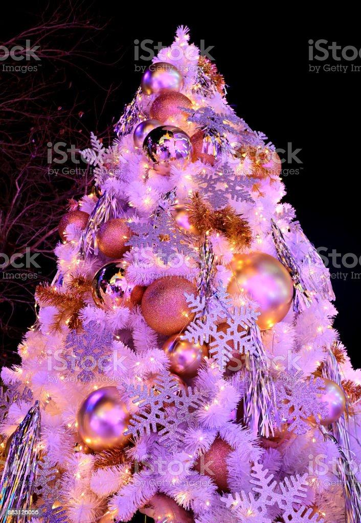 Rosa Weihnachtsbaum.Rosa Farbigen Lichtup Großen Weihnachtsbaum Voller Glitzer Und