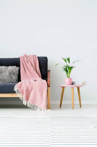 rosa gemütliches wohnzimmer - hellrosa zimmer stock-fotos und bilder