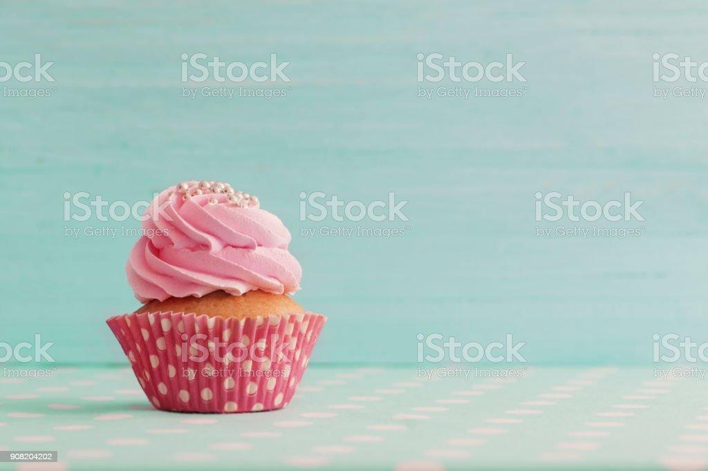 cupcake rose sur fond en bois bleu photo libre de droits