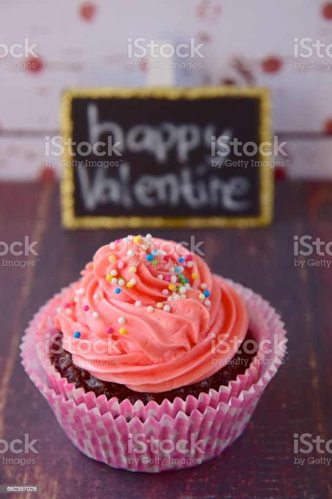 Pink cupcake with happy valentine text royaltyfri bildbanksbilder