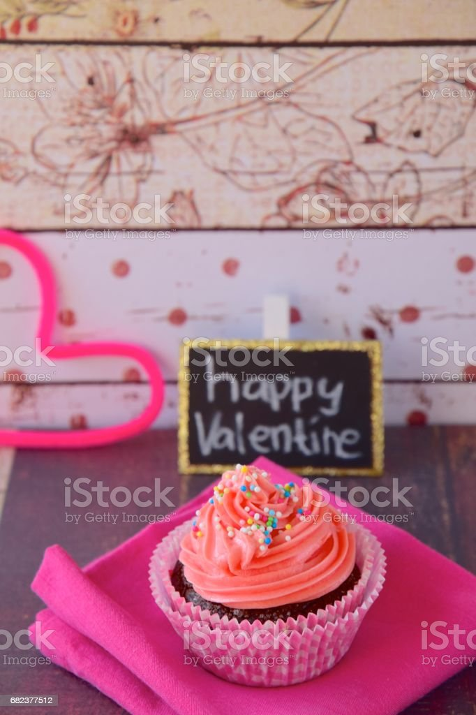 Pink cupcake with happy valentine's text royalty free stockfoto