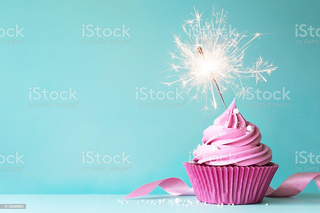 cupcake Ros'avec Cierge magique photo libre de droits
