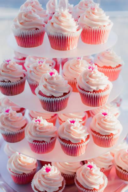 rosa cupcakes cupcake tower - cupcake türme stock-fotos und bilder