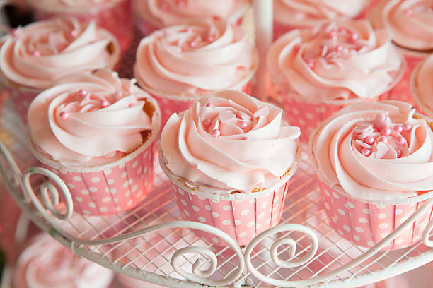 pink cupcakes on shelf for wedding or valentine - cupcake zuckerglasur, stock-fotos und bilder