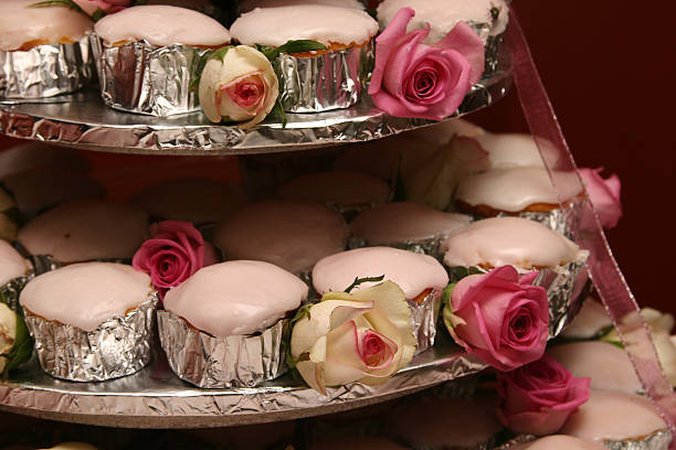 pink cupcakes - zinn hochzeit stock-fotos und bilder
