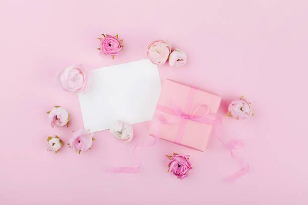 pink desk for wedding mockup or greeting card. flat lay. - hochzeitsbox stock-fotos und bilder
