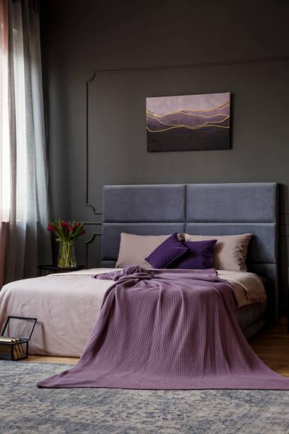 rosa schlafzimmer eleganten innenraum - pflaumen wände stock-fotos und bilder