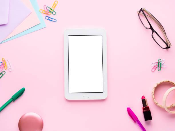 rosa flach legen mit gadget briefpapier gläser lippenstift - pastellstifte stock-fotos und bilder