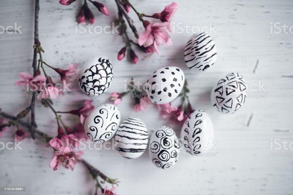 Rosa Blume und weiße Eier Muster Frühlingskonzept White Hintergrund – Foto