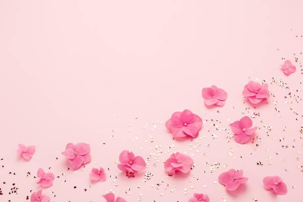 Rosa Blumen und gold Konfetti für Happy Mothers Day Grußkarte Kopie Raum. – Foto