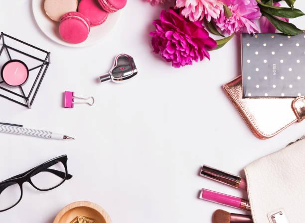 rosa blüten, macarons, feminine accessoires auf dem weißen - make up torte stock-fotos und bilder