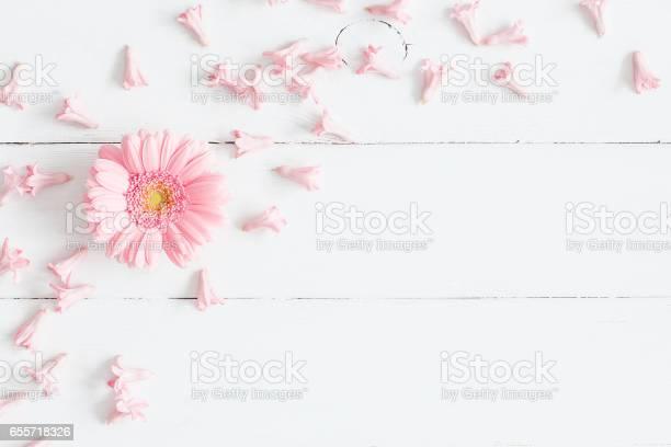 Pink flowers on white wooden background flat lay top view picture id655718326?b=1&k=6&m=655718326&s=612x612&h=31hqgyit lvx3gx r7pqt1inxsmebt9zvrdh9jmggz8=