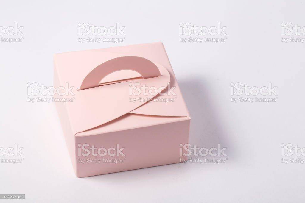 Rose boîte cadeau sur fond blanc - Photo de Amour libre de droits