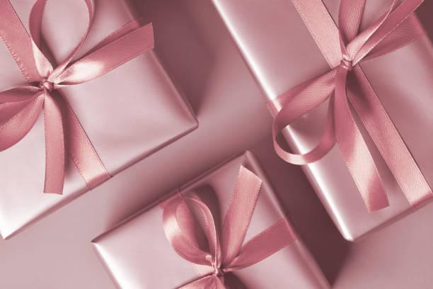 ピンクの背景にピンクのギフトボックス - プレゼント ストックフォトと画像