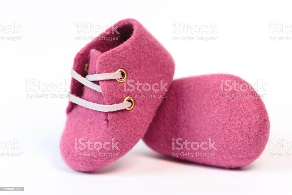 8bc0d69e9a003 Chaussures bébé rose de la main en laine mérinos sur fond blanc. photo  libre de