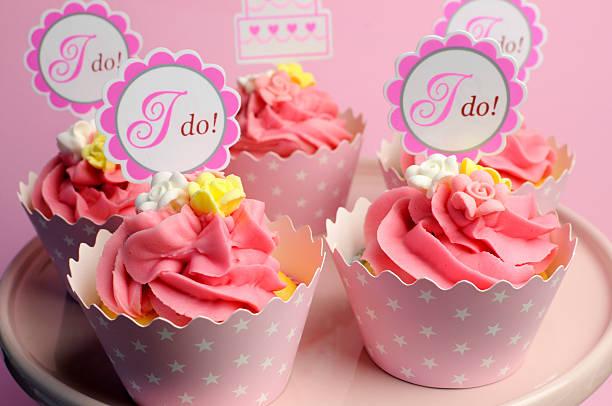 pink ich für cupcakes-nahaufnahme. - brautparty kuchen stock-fotos und bilder
