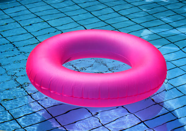 rosa uppblåsbar cirkel närbild på ytan av poolen - inflatable ring bildbanksfoton och bilder