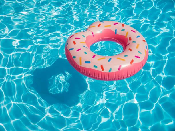 Rosa aufblasbaren Donut schwimmen Ring in einem Schwimmbad – Foto