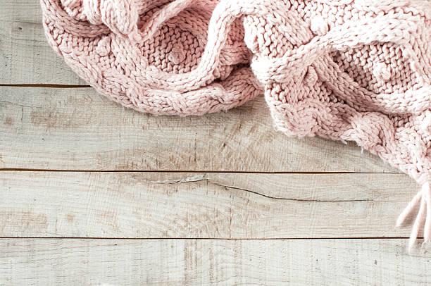 pink knitted schal auf holz-board - wollschal stock-fotos und bilder