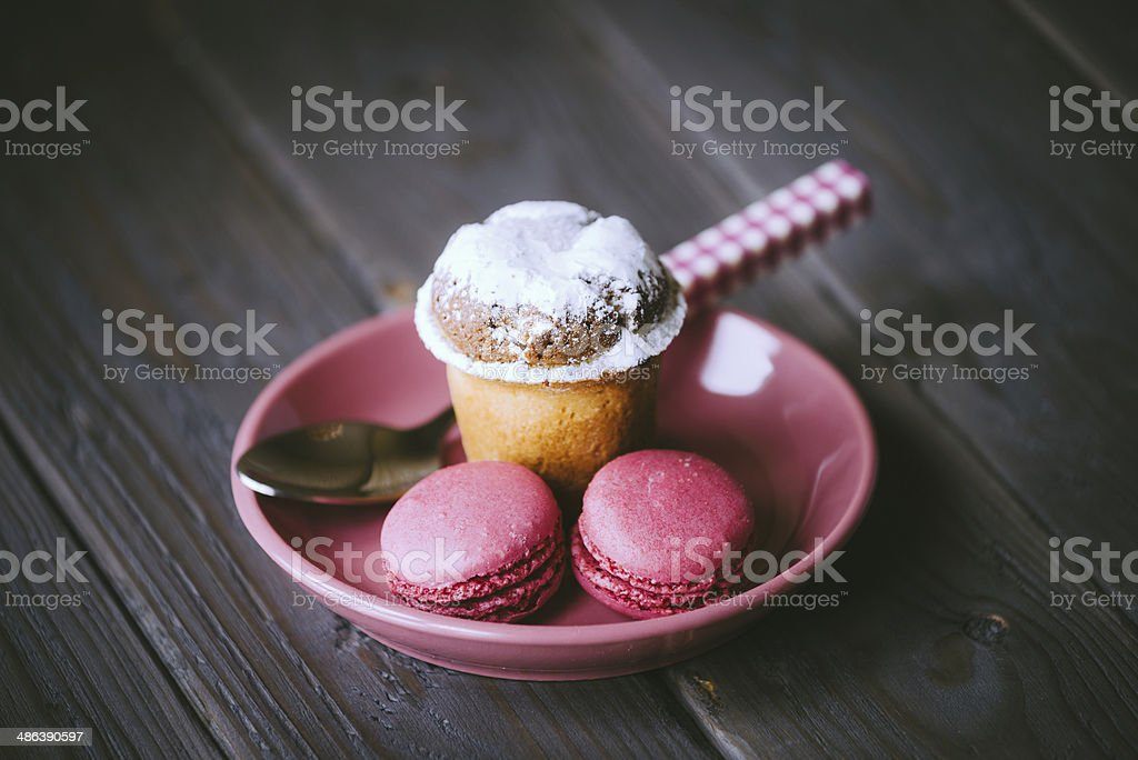 Pink Macarons und kleine Kuchen – Foto